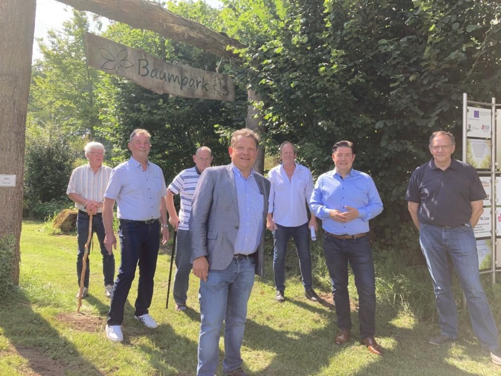 Am Eingang des Baumparks v. l. n. r. Reinhard Dierkes, Klaus Kirchner, Gerhard Koch, Andreas Philippi,  Arnold Sommer, Marcel Riethig, Rainer Lentes