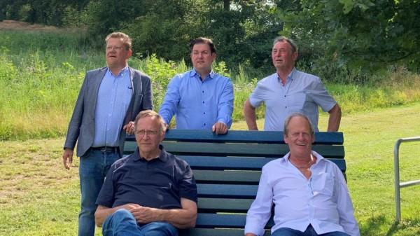 """Auf der """"Lümmelbank"""" Dr. Andreas Philippi,  Marcel Riethig, Klaus Kirchner, (sitzend) Rainer Lentes und Arnold Sommer"""